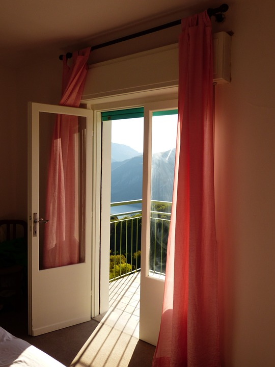 proste firany do okna balkonowego